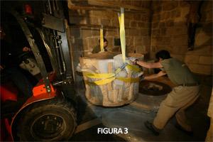 Fig. 3. Levantamiento de la pila bautismal durante los trabajos de restauración (Zamora Románica)